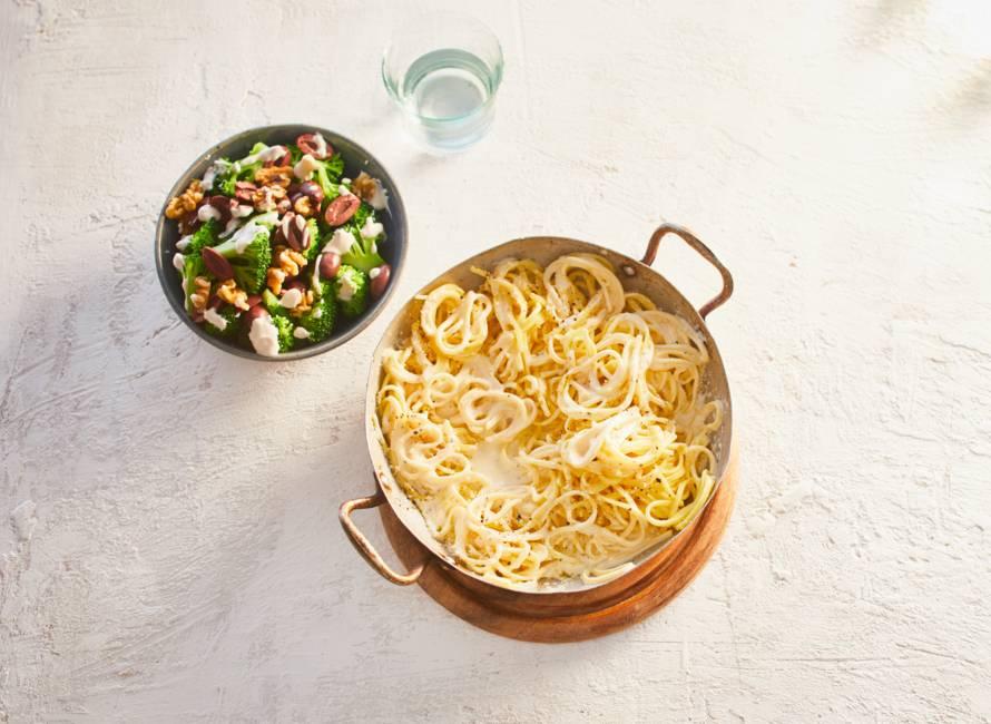 Spaghetti cacio e pepe met broccolisalade