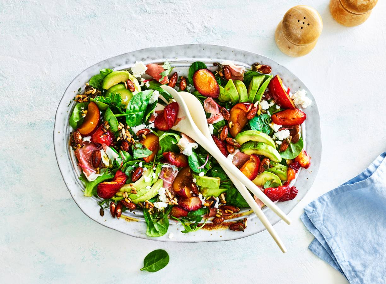 Salade met geroosterde pruimen en gedroogde ham