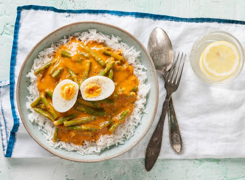 Curry met pompoensaus, sperziebonen & ei