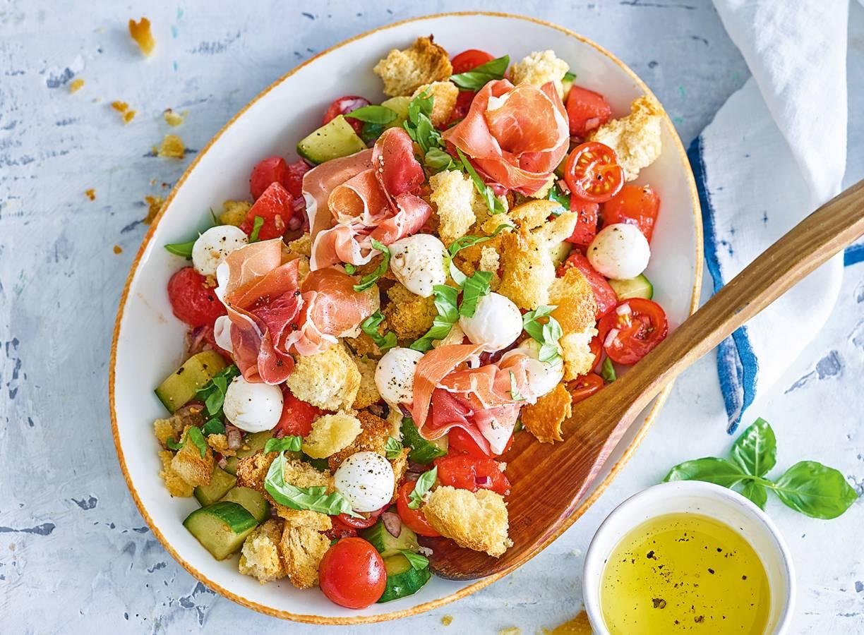 Panzanella met mini-mozzarella