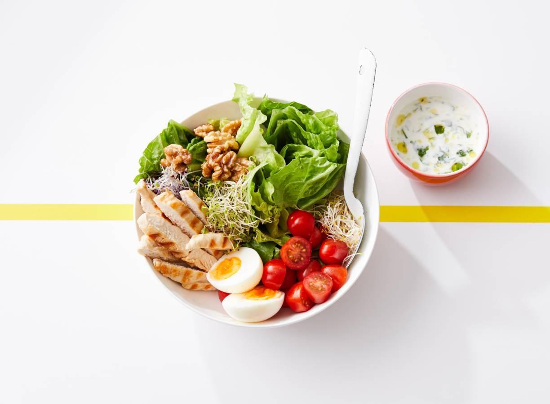 Sportsalade met gegrilde kip en yoghurtdressing