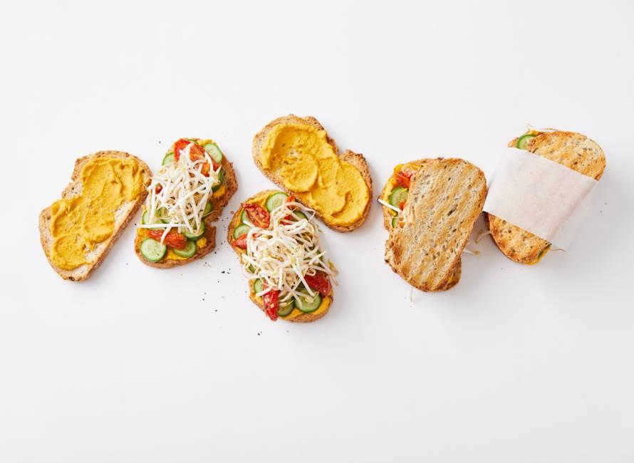 Stevige sandwich met pompoenhummus