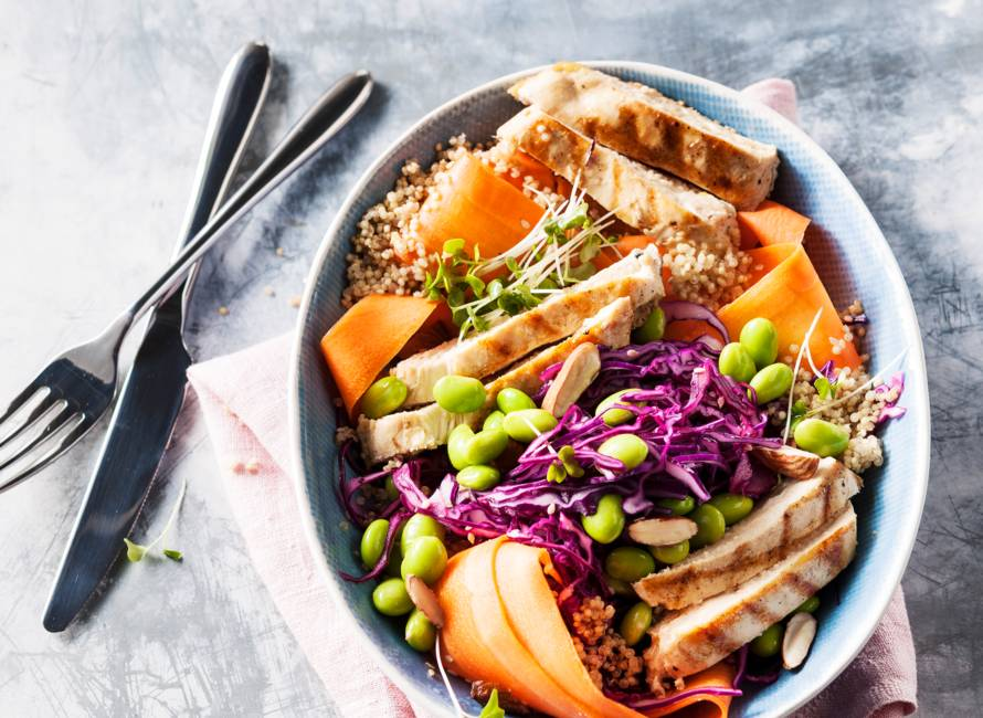 Rainbow quinoasalade met gegrilde kalkoen en amandelen van Dafne Schippers