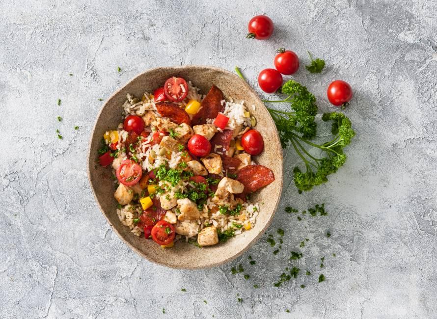 Spaanse rijstschotel met chorizo en kip