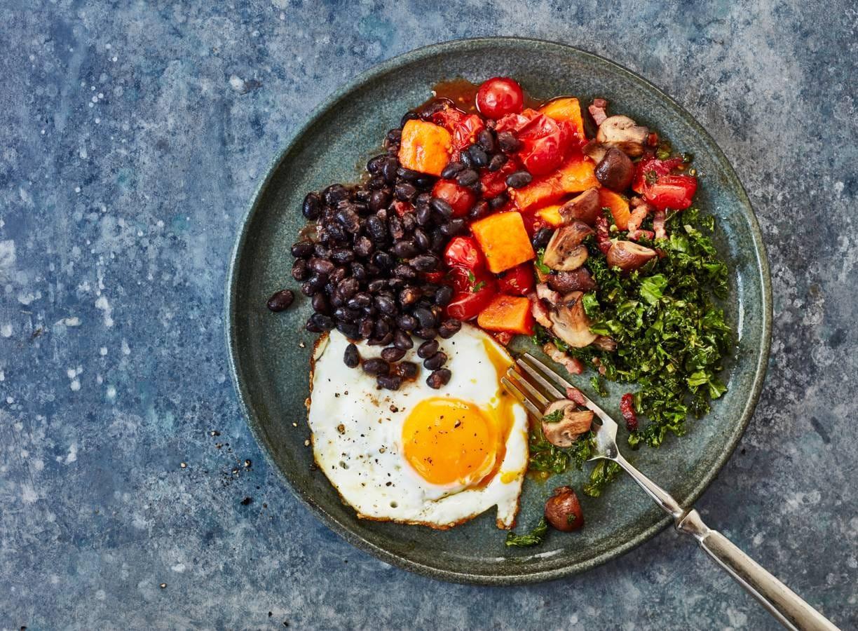 Huevos rancheros met boerenkool en pompoen