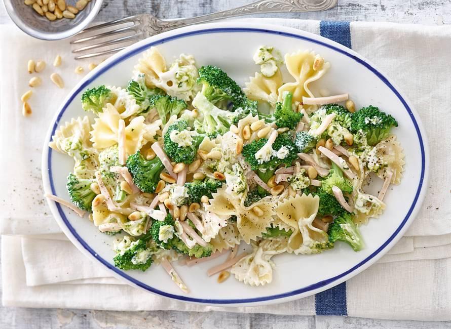 Farfalle met pesto, broccoli en gerookte kipreepjes