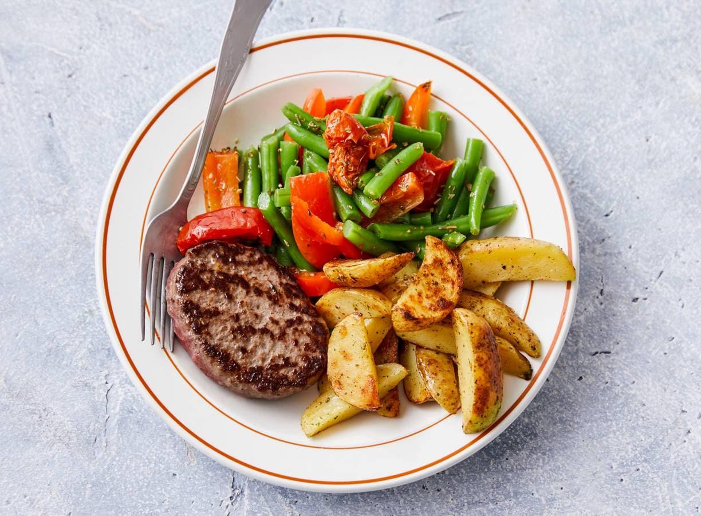 Steak de boeuf met gebakken aardappel en sperziebonen