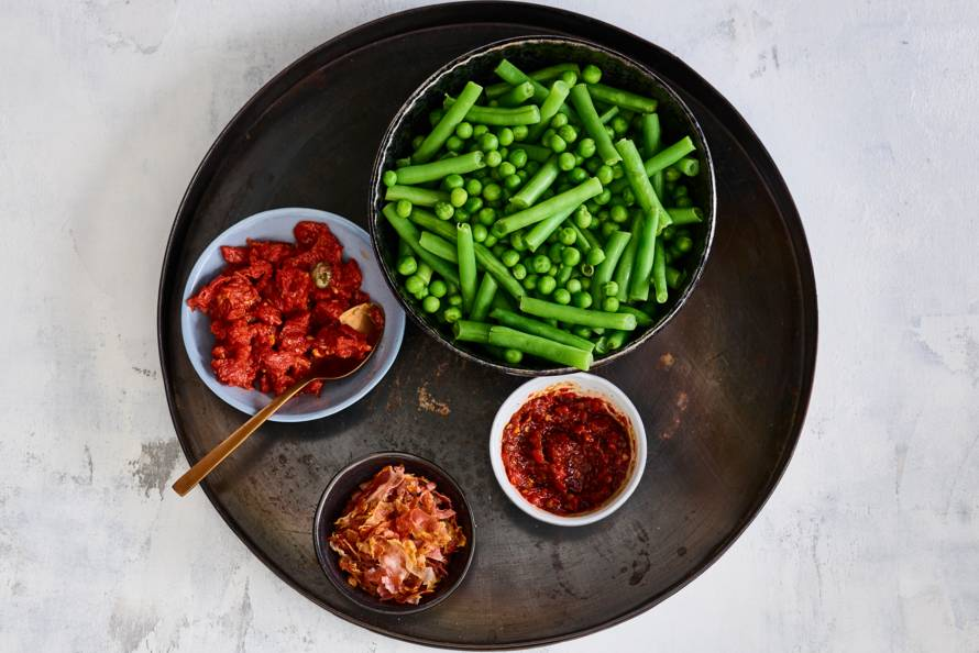 Sperziebonen en tuinerwten met toppings