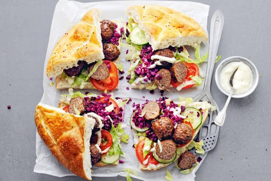 Ui-gehaktballetjes op Turks brood