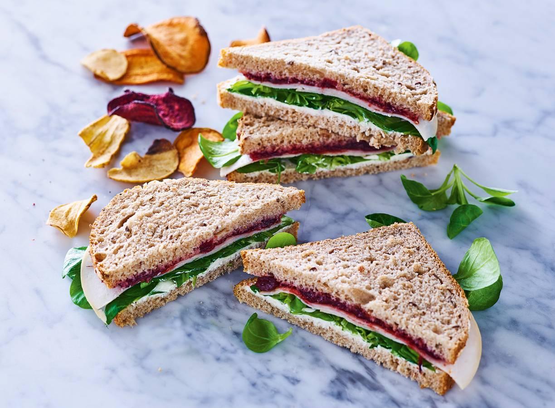 Sandwich met gerookte kip en cranberry compote