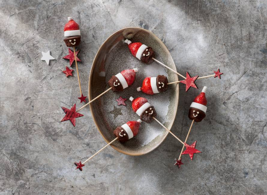 Brownie-aardbei-kerstmannetje op een stokje