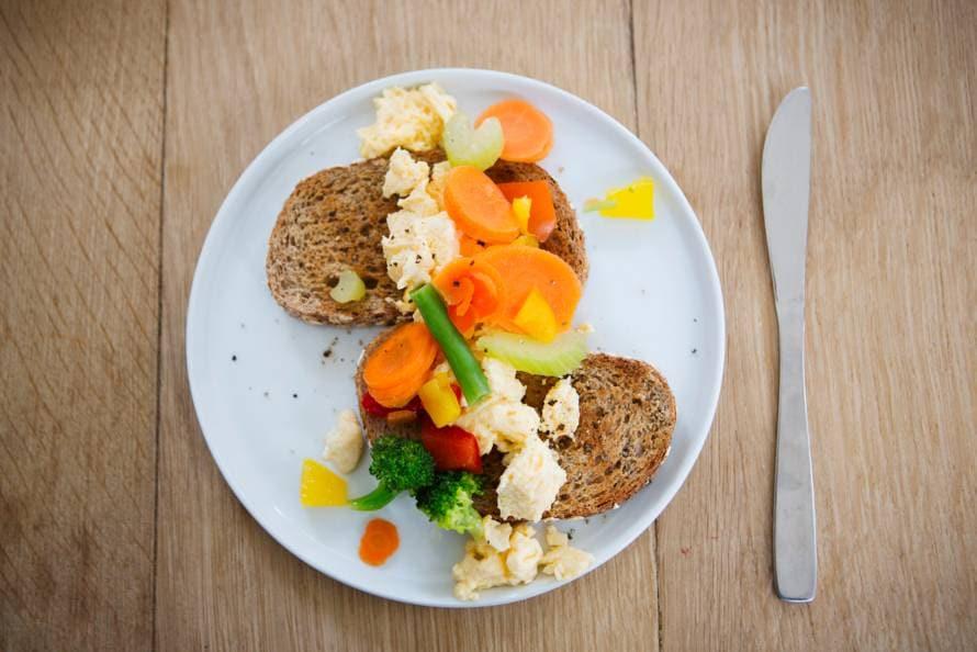 Volkorentoast met scrambled eggs