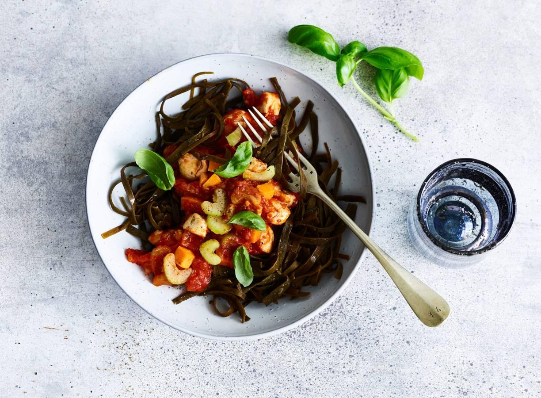 Zeewiertagliatelle met tomaten-groentesaus en kip