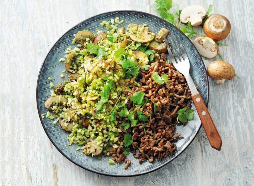 Snelle broccolischotel met paddenstoelen en gehakt