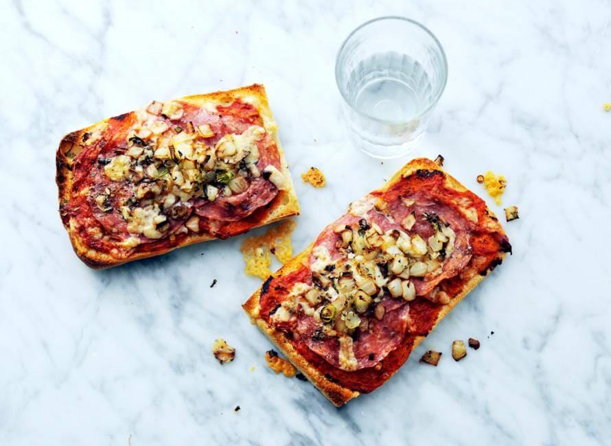 Pizzabroodjes met salami uit de oven