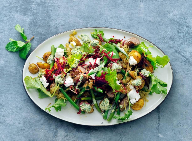 Wintersalade met rauwe biet, krieltjes en pistachepesto