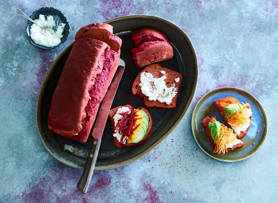 Rainbow-sandwiches met zelfgemaakt paars brood