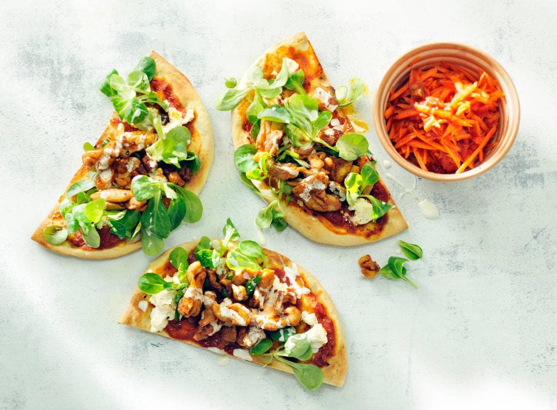 Groentepizza met kipshoarma en pittige wortelsalade