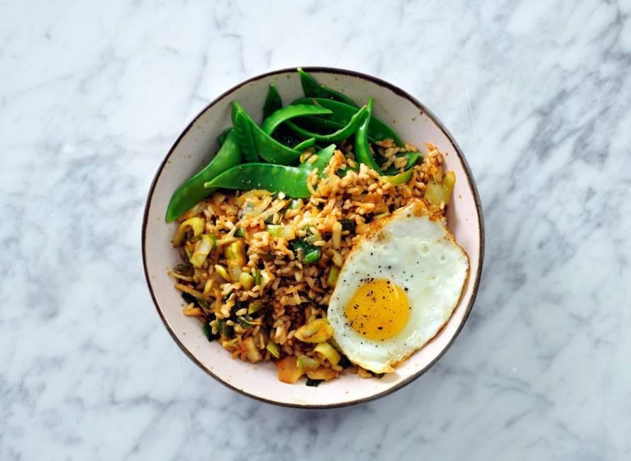 Nasi met witte kool en een gebakken ei