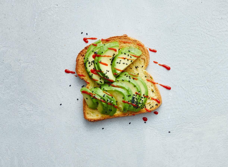 Open maisbroodsandwich pittige avocado