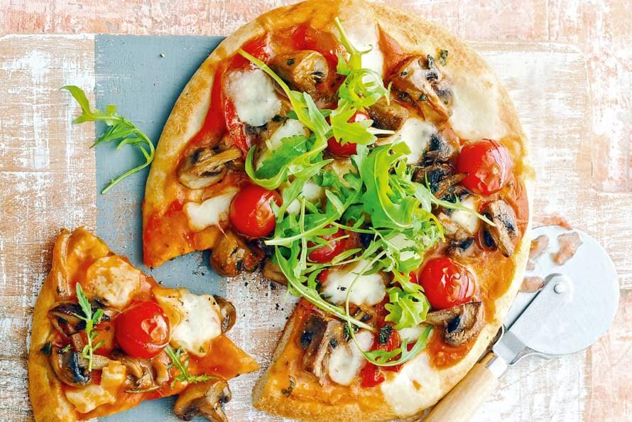 Bloemkoolpizza's met tomaat en paddenstoelen
