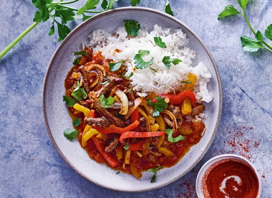 Snelle paprikastoof met runderreepjes en rijst