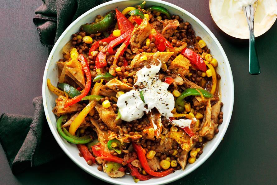 Vegetarische linzenstoof met paprika en mais