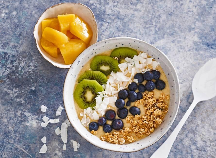 Smoothiebowl met kokoswater, fruit en granola