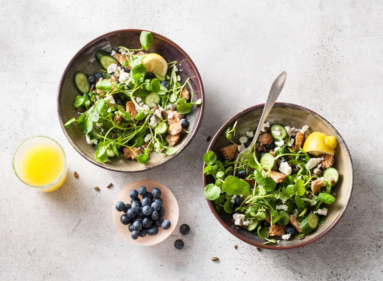 Rijkgevulde ontbijtsalade met volkoren croutons en blauwe bessen
