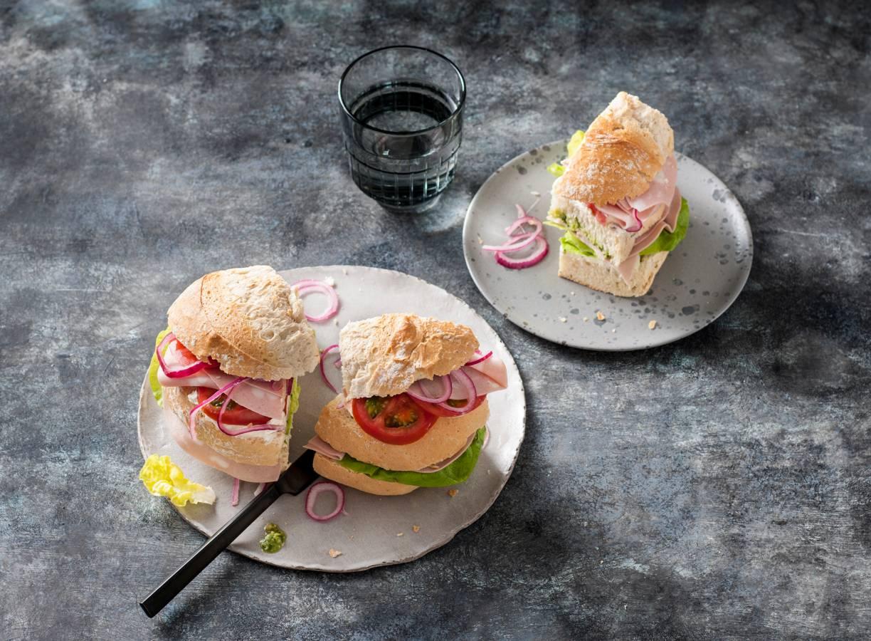 Mortadella-sandwich met zuivelspread, kropsla en tomaat