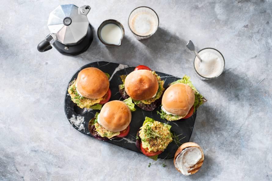 Vegetarische ontbijtburger met broccoli
