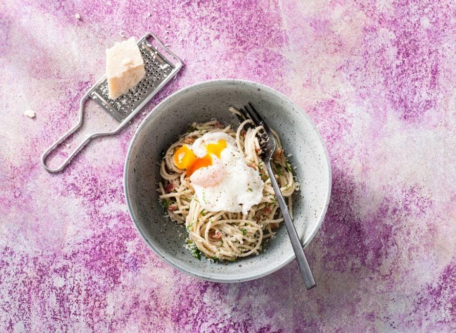 Spaghetti carbonara met gepocheerd ei