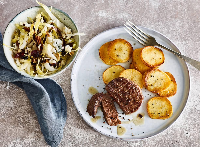 Perfect gebakken aardappelen met tartaar en witlofsalade