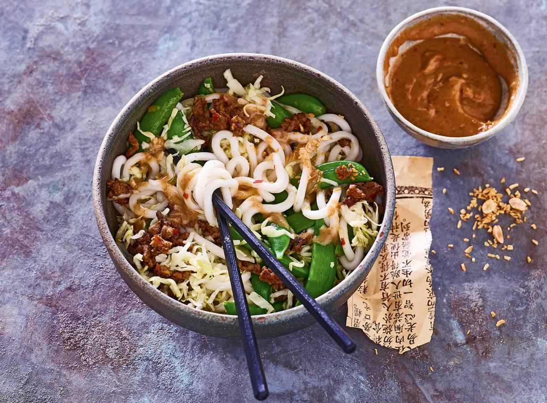 Noedelsalade met rundergehakt, groenten en pindakaasdressing