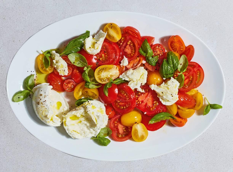 Gemarineerde tomatensalade met basilicum en mozzarella