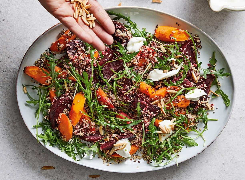 Lentemaaltijdsalade van quinoa en biet