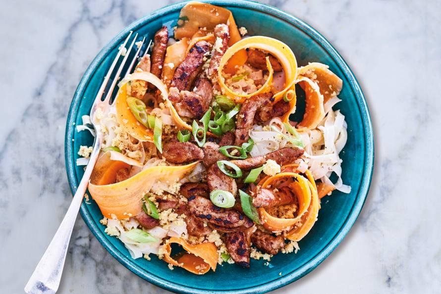 Thaise noedels met varkensreepjes en wortellinten
