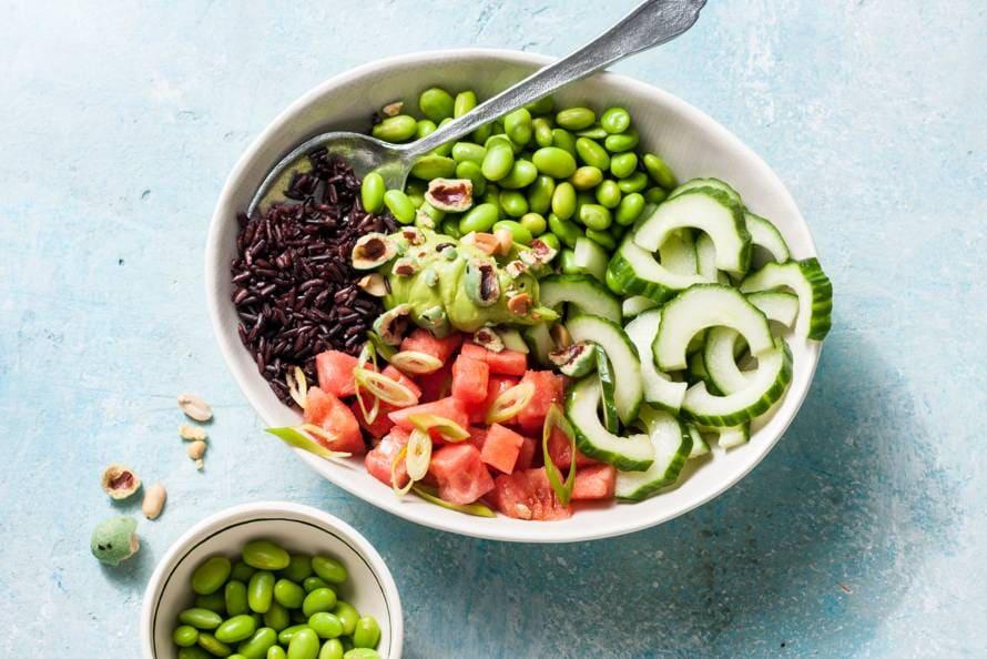 Vegan pokébowl met watermeloen en rode rijst