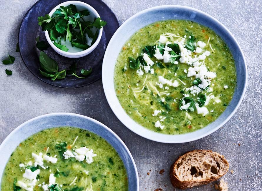 Groene-groentesoep met verse kruiden