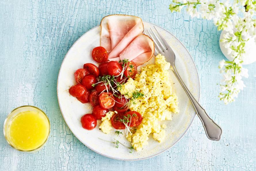 Roerei met ham en gebakken tomaatjes