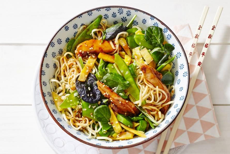 Snelle noedels met kip en Aziatische wokgroente