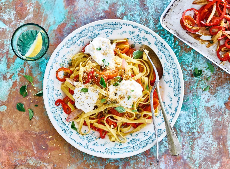 Mediterrane tagliatelle met tomaatjes en burrata