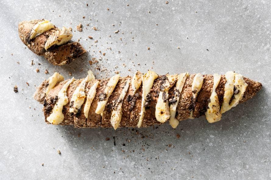 Hasselbackstokbrood met camembert en truffel