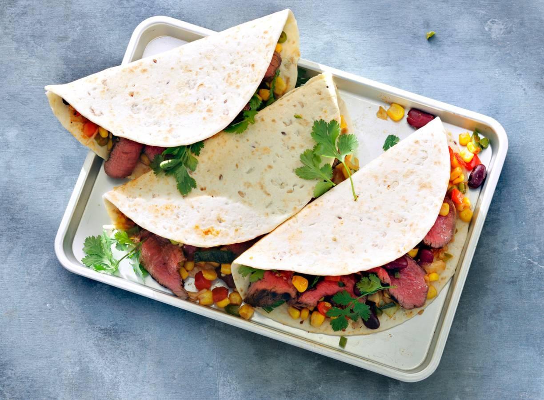 Mexicaanse wraps met groente en gegrilde biefstuk