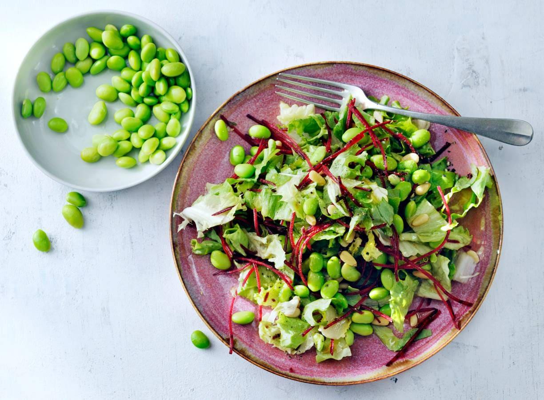 Oosterse salade met sojaboontjes en pijnboompitten