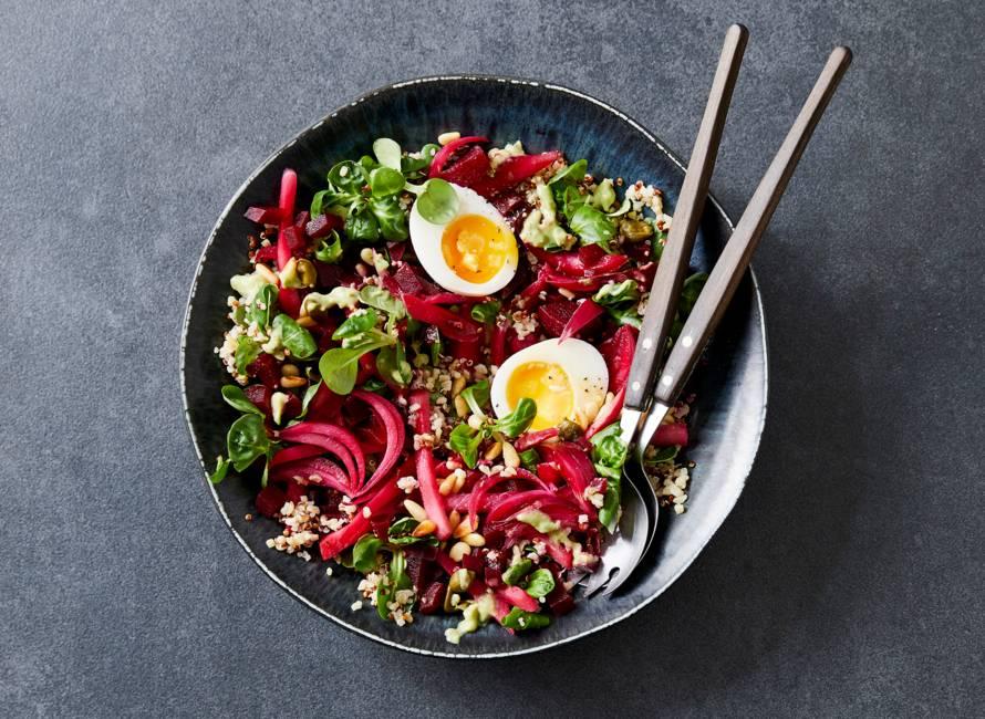 Quinoa-bulgursalade met gepickelde groenten en avocadodressing
