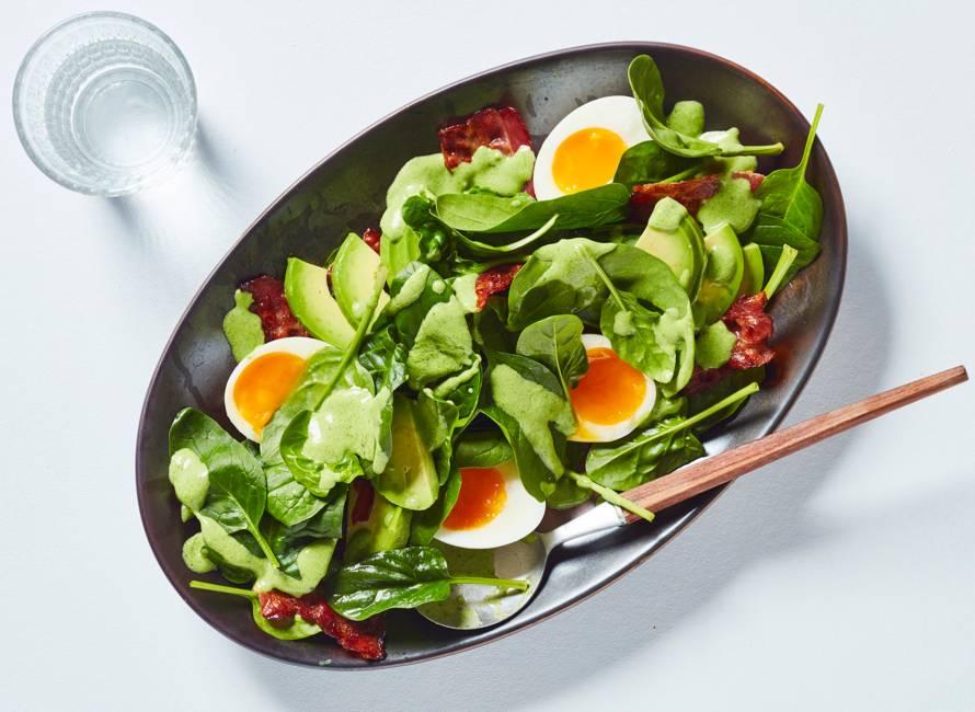 Spinaziesalade met spek, ei en spinazie-yoghurtdressing