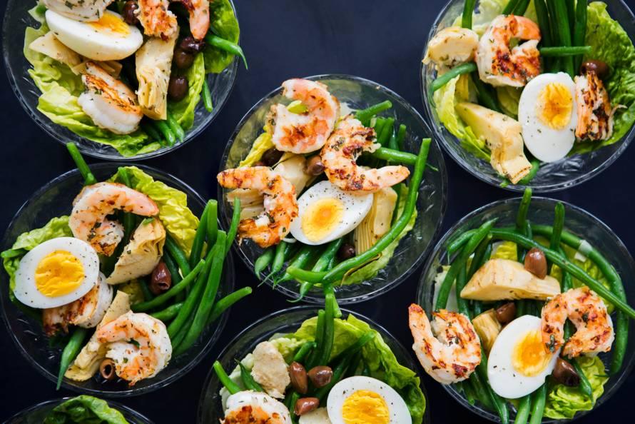 Minisalade niçoise met gegrilde garnalen