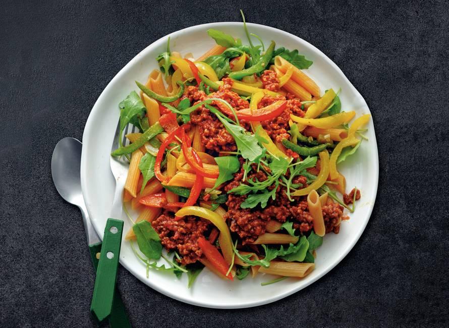 Pasta met paprika en tomatensaus met vegagehakt