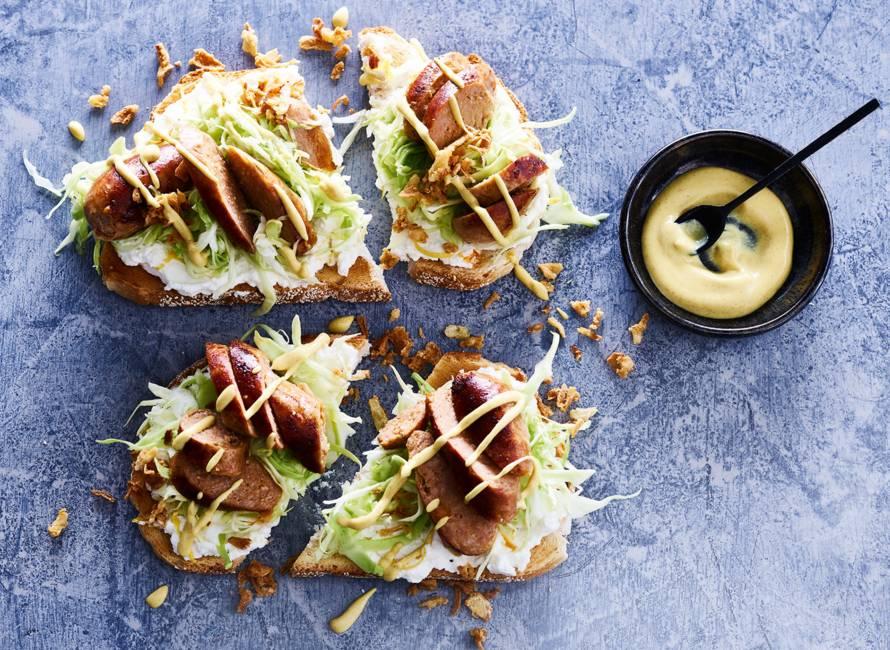Open sandwich met worst en mosterd